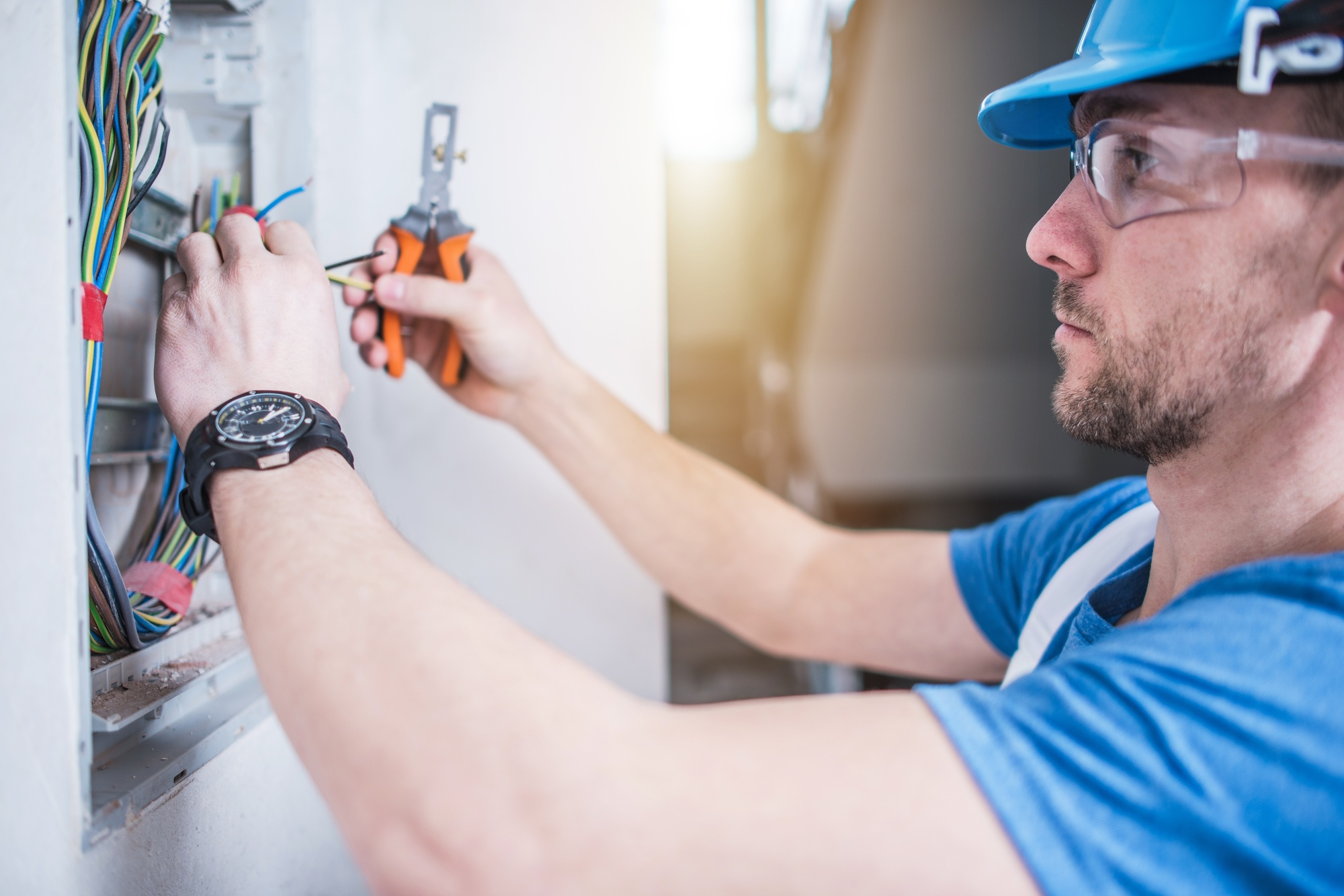 How to Become an Electrician in California: Courses in ...